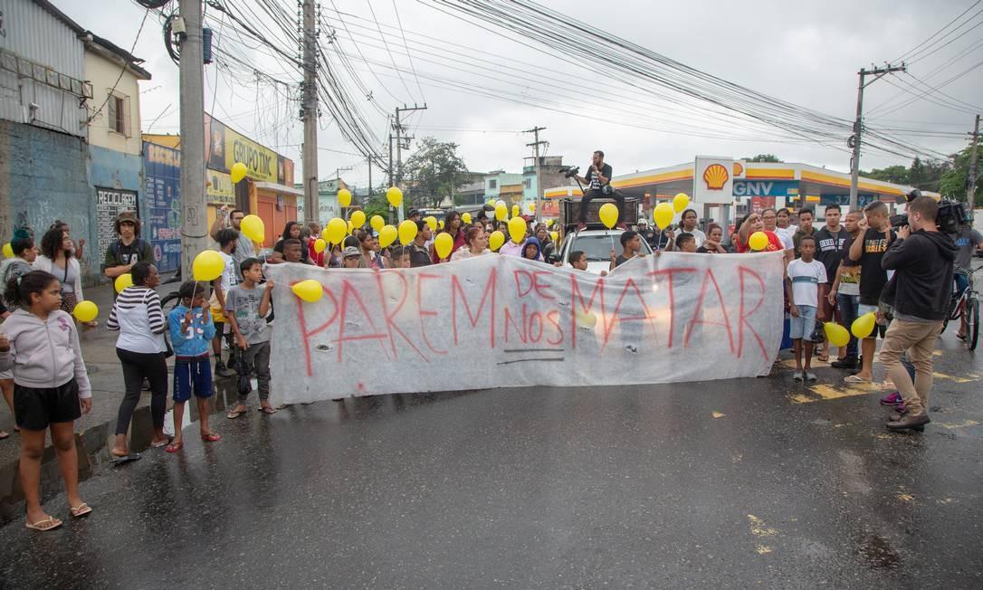 Manifestação pela morte de Ágatha. Parentes da menor acusam PMs de serem autores do disparo que matou a menina Foto: Bruno Kaiuca / Agência O Globo
