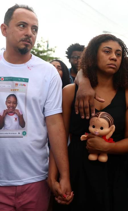 Adegilson Felix e Vanessa Francisco Sales, pais de Ágatha Vitória Feliz, vítima de bala perdida no Complexo do Alemão Foto: PILAR OLIVARES / REUTERS
