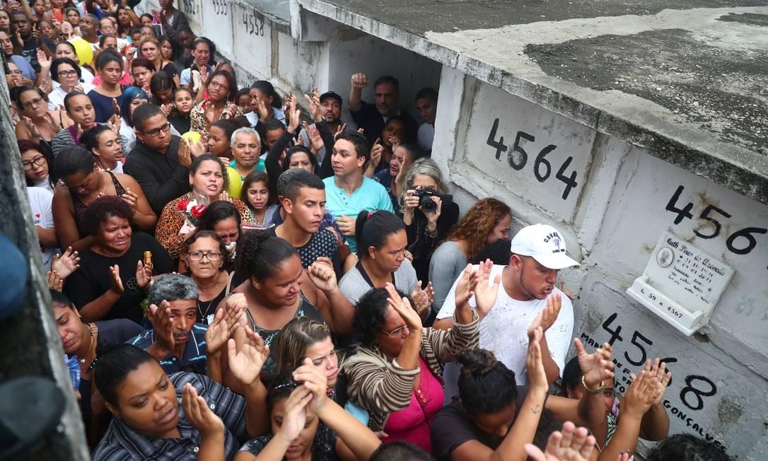 Amigos e familiares acompanharam o sepultamento de Ágatha, no cemitério de Inhaúma Foto: PILAR OLIVARES / REUTERS