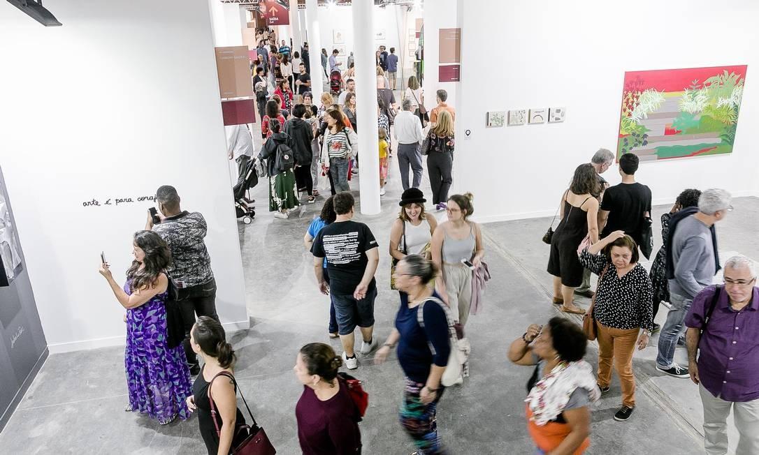 Público na ArtRio no sábado: estimativa é de que 48 mil pessoas passaram pela feira em cinco dias Foto: Divulgação/Bruno Ryfer