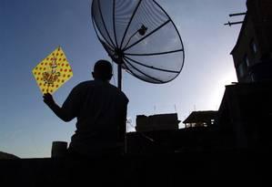 Antena parabólica em comunidade do Rio de Janeiro Foto: Walter Mesquita / Divulgação/Walter Mesquita/Arquivo/25-6-2007