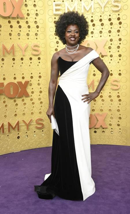 """Estrela da série """"How to get away with murder"""", a atriz Viola Davis foi uma das estrelas que passou pelo Emmy, que aconteceu nesse domingo, em Los Angeles. Confira aqui os looks Foto: Frazer Harrison / Getty Images"""