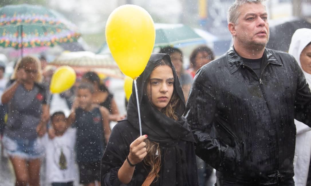 O ator Fábio Assunção, que participou neste domingo de manifestação organizada por moradores do Complexo do Alemão, no cemitério de Inhaúma, onde a menina Ágatha Vitoria Felix, de 8 anos, foi sepultada Foto: Bruno Kaiuca / O Globo