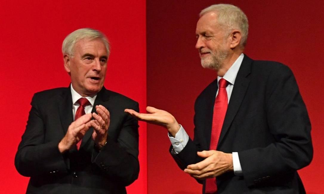 John McDonnell, ao lado do líder trabalhista Jeremy Corbyn, durante conferência partidária Foto: DANIEL LEAL-OLIVAS / AFP