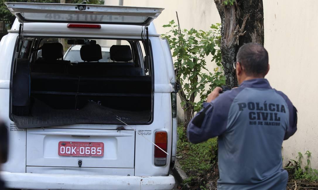 Kombi onde Ágatha Félix, de apenas 8 anos, foi baleada e morta na última sexta-feira: Polícia Civil realizou perícia nesta segunda-feira Foto: Fabiano Rocha / Agência O GLOBO