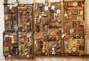 'Vitrines' de Bispo do Rosário, na reserva técnica do museu: artista acumulava objetos para apresentar a Deus no Juízo Final Foto: Ana Branco / Agência O Globo