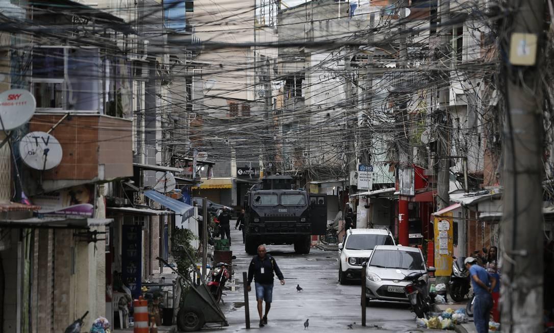 Novo plano. PMs durante uma operação em julho, na Maré: projeto de Witzel deve intensificar incursões a favelas Foto: Pablo Jacob / Agência O GLOBO