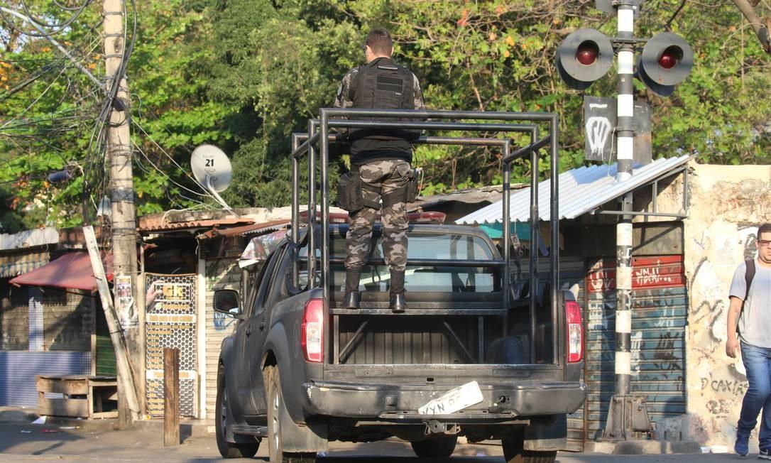 """Imagens de operação da Polícia Militar no Jacarezinho em 16 de setembro. Após o lançamento da cartilha, governador promete """"intensificar o confronto com criminosos"""" Foto: Fabiano Rocha / Agência O Globo - 16/09/2019"""