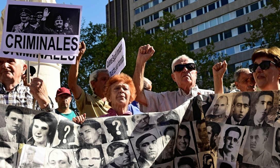 Pessoas protestaram na porta da Suprema Corte espanhola a favor da exumação do corpo de Franco Foto: JAVIER SORIANO / AFP