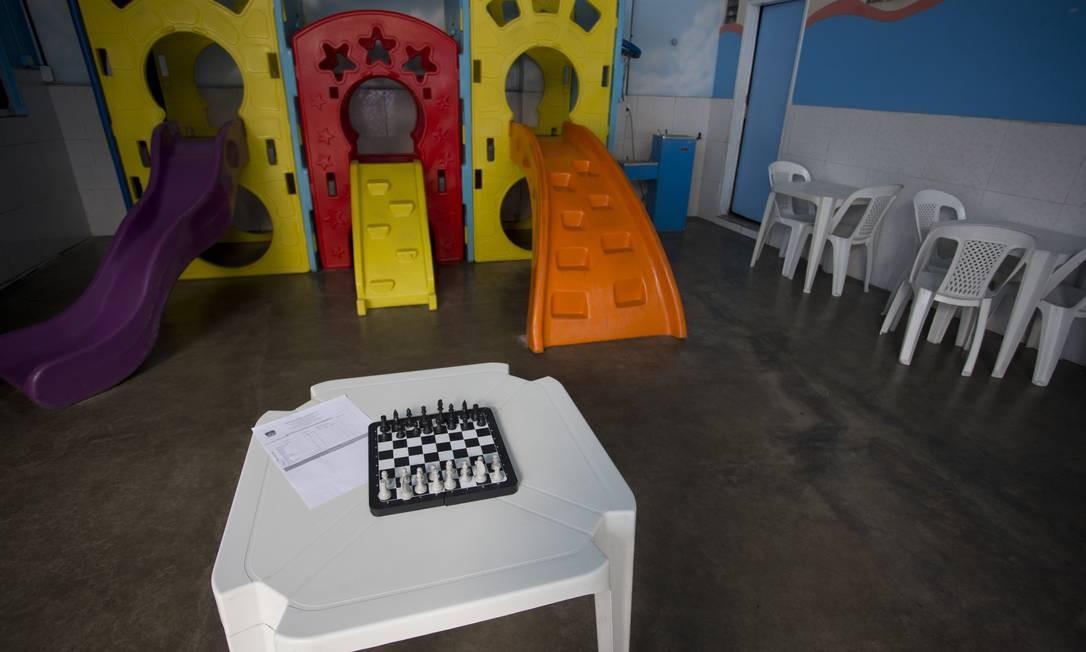 O GLOBO teve acesso ao interior da escola. As cadeiras amarelas e paredes azuis dão um tom colorido ao ambiente Foto: Márcia Foletto / Agência O Globo