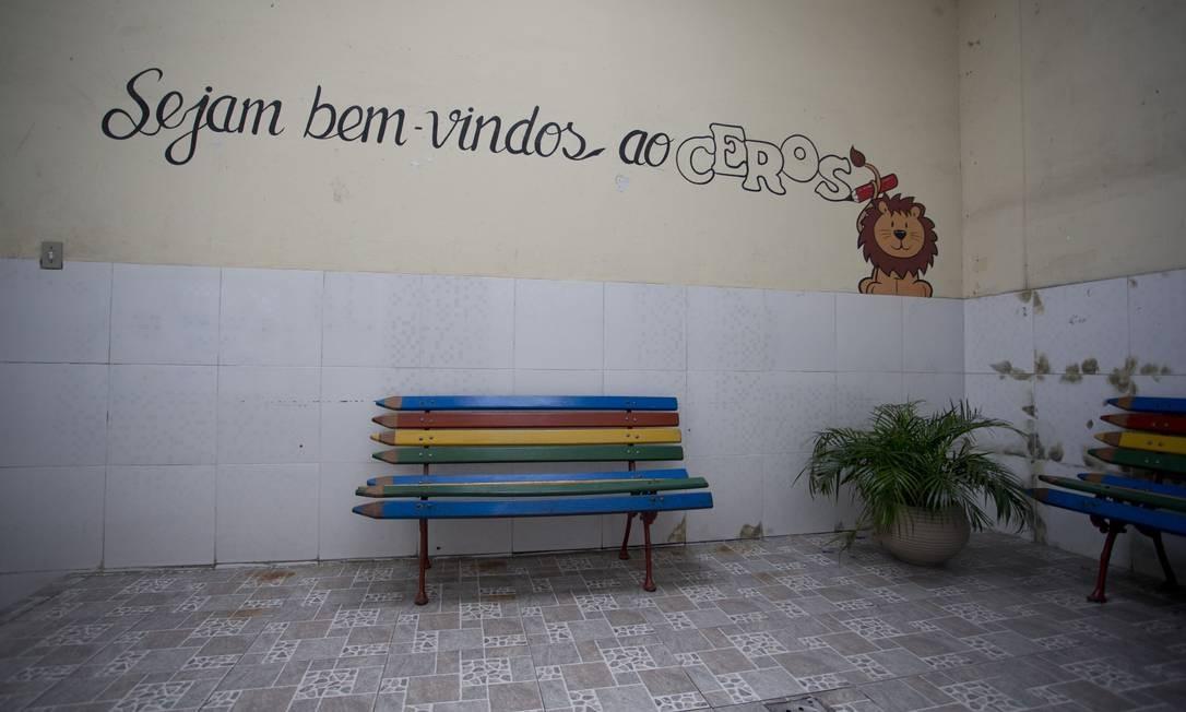 Escola ficou fechada nesta segunda-feira. Nesta terça, os funcionários e professores tentam dar a volta por cima e seguir em frente Foto: Márcia Foletto / Agência O Globo