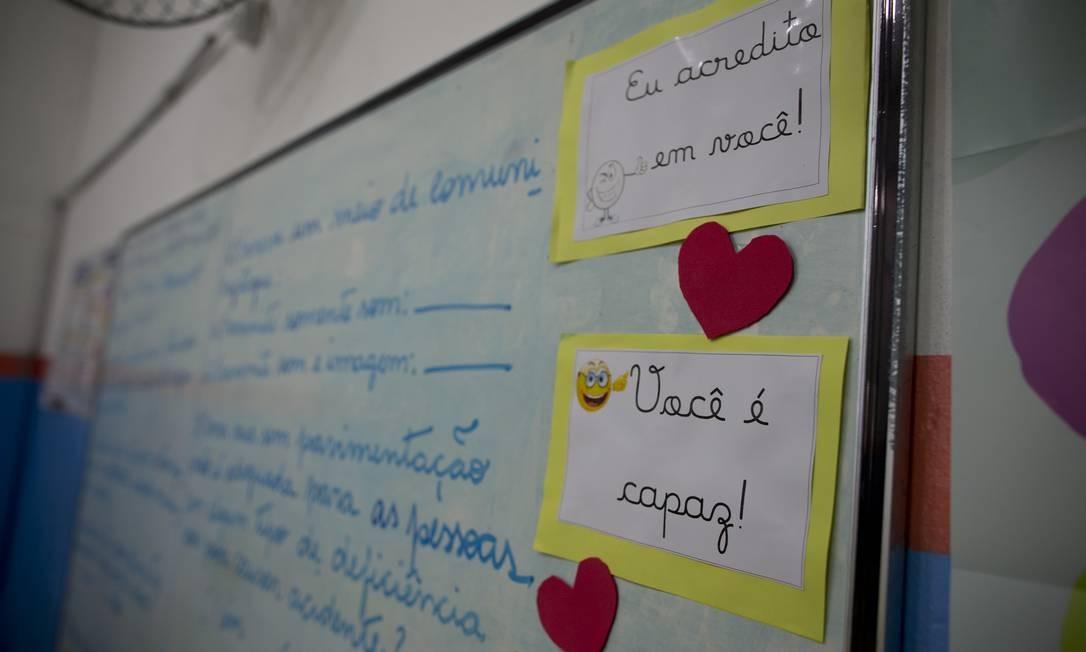 Direção e coordenação da escola acredita que mensagens de positivismo são capazes de motivar os alunos Foto: Márcia Foletto / Agência O Globo