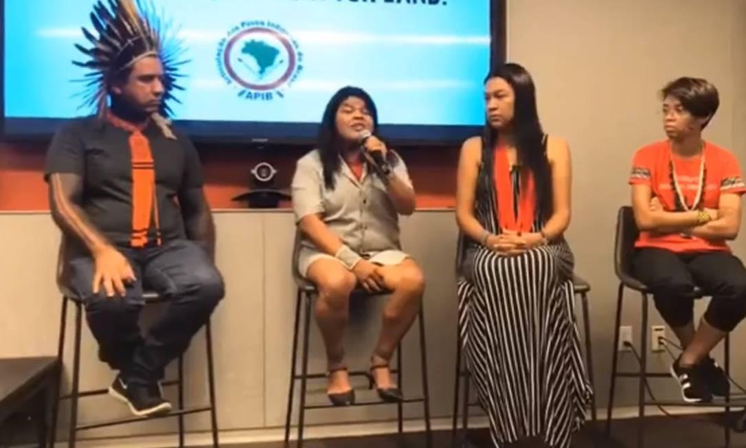 Sonia Guajajara (com microfone) e, a sua direita, Dinamam Tuxá comentam afirmações do presidente Bolsonaro Foto: Reprodução / Youtube Mídia Ninja