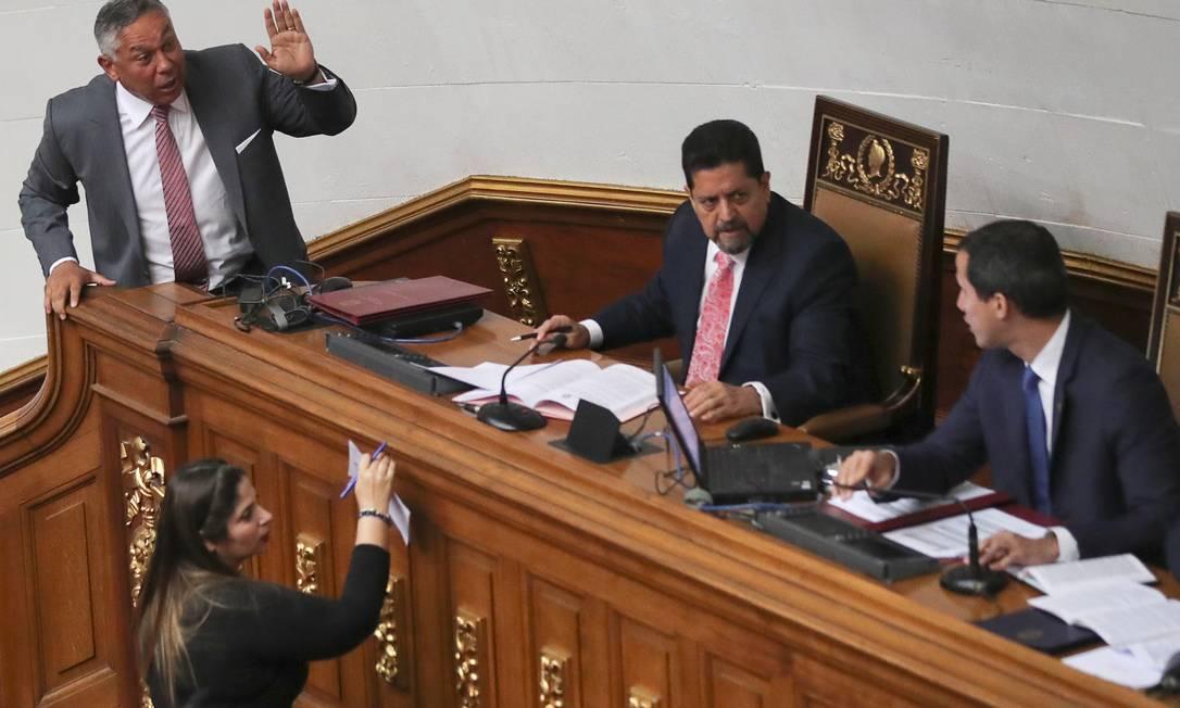 Pedro Carreno, do governista PSUV, discute com Juan Guaidó durante sessão da Assembleia Nacional Foto: IVAN ALVARADO / REUTERS