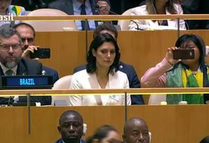 Comitiva brasileira na ONU: Eduardo Bolsonaro, o chanceler Ernesto Araújo e Michelle Bolsonaro assistem a discurso do presidente Foto: Picasa / Reprodução