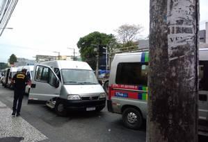 Vans são vistoriadas em Santa Cruz Foto: Letícia Gasparini / Agência O Globo