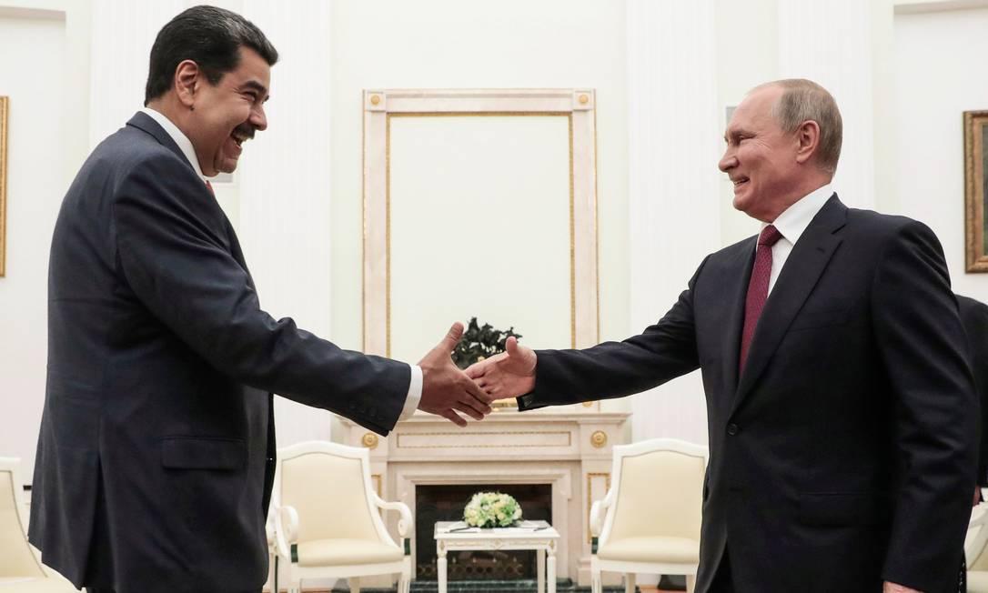 Nicolás Maduro e Vladimir Putin se cumprimentam durante encontro no Kremlin, em Moscou Foto: SERGEI CHIRIKOV / AFP