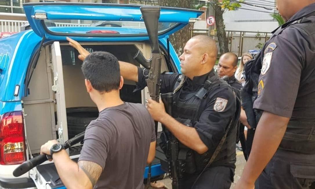 Na segunda-feira, policiais militares entregaram para agentes da Polícia Civil três fuzis usados por PMs durante a ação Foto: Felipe Grinberg