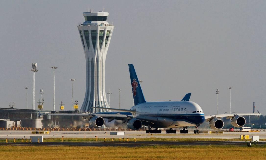 Um Airbus A380 da China Southern Airlines, com destino a Guangzhou, foi o primeiro avião a decolar do novo aeroporto de Pequim Foto: CHINA STRINGER NETWORK / REUTERS