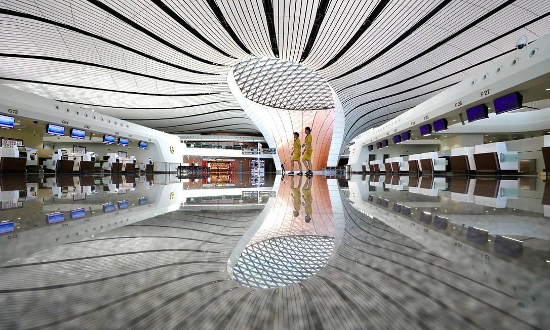 Com design arrojado e futurista, o areoporto foi projetado pela célebre arquiteta iraniana-britânica Zaha Hadid Foto: CHINA STRINGER NETWORK / REUTERS