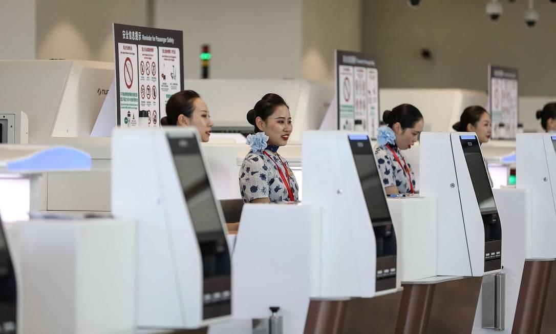 Mas no primeiro momento, haverá apenas voos domésticos, como os sete que decolaram no primeiro dia de operações do novo terminal da capital chinesa Foto: STR / AFP