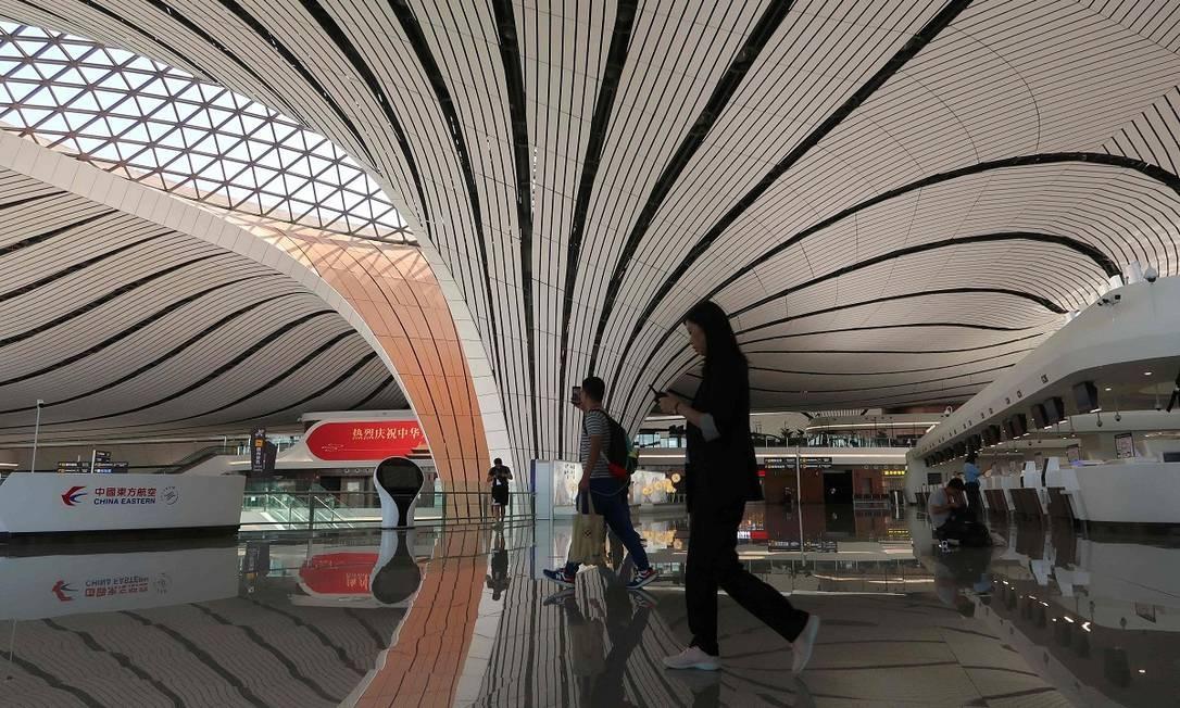 O aeroporto internacional Daxing é o maior do mundo com um único terminal, com mais uma área de 700 mil metros de quadrados Foto: THOMAS SUEN / AFP