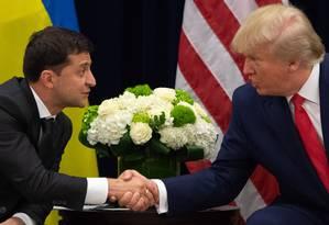 Donald Trump e Zelensky apertam as mãos durante reunião em Nova York Foto: SAUL LOEB / AFP