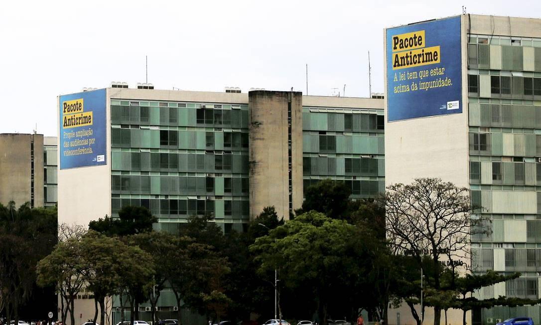 Propaganda do pacote anticrime de Moro cobre fachada de ministérios, na Esplanada Foto: Jorge William / Agência O Globo
