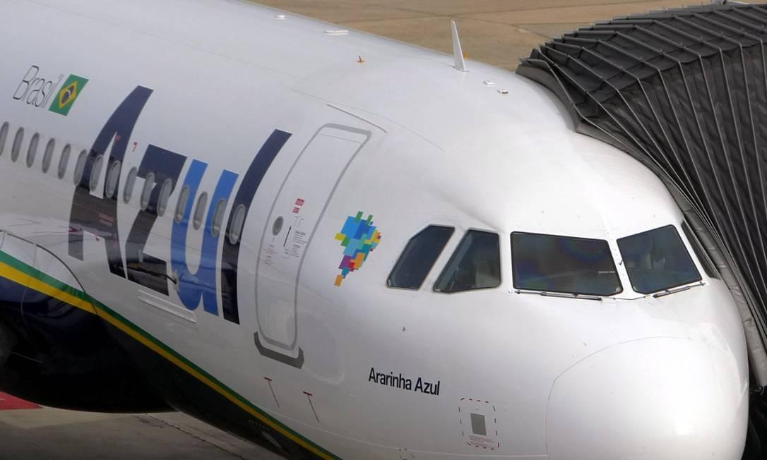Aeronave da Azul no RioGaleão, o aeroporto internacional do Rio Foto: Marcelo Carnaval / Agência O Globo