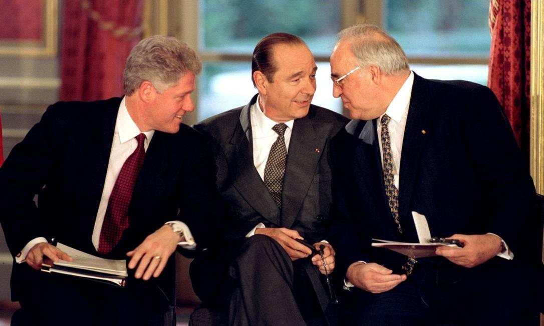 Chirac (ao centro) conversa com o então presidente dos Estados Unidos, Bill Clinton (esquerda), e Helmut Kohl, que foi chanceler alemão Foto: CHARLES PLATIAU / REUTERS - 14/12/1995