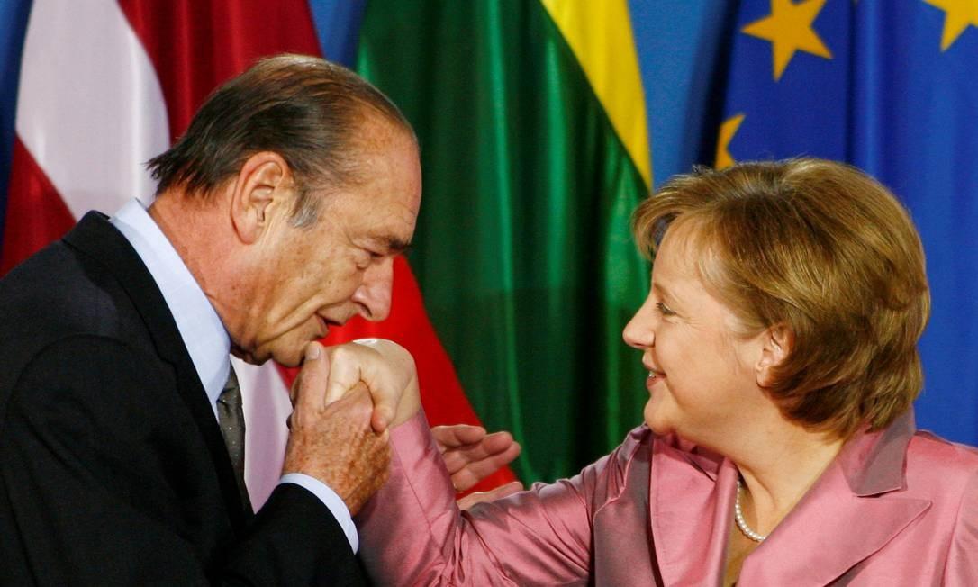 Jacques Chirac com a chanceler alemã Angela Merkel Foto: KAI PFAFFENBACH / REUTERS - 24/05/2007