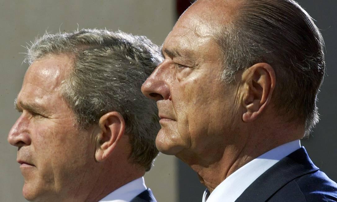Os ex-presidentes George W. Bush, EUA, e Jacques Chirac, França: o francês foi um dos principais opositores à invasão do Iraque Foto: PAUL J. RICHARDS / AFP - 06/06/2004