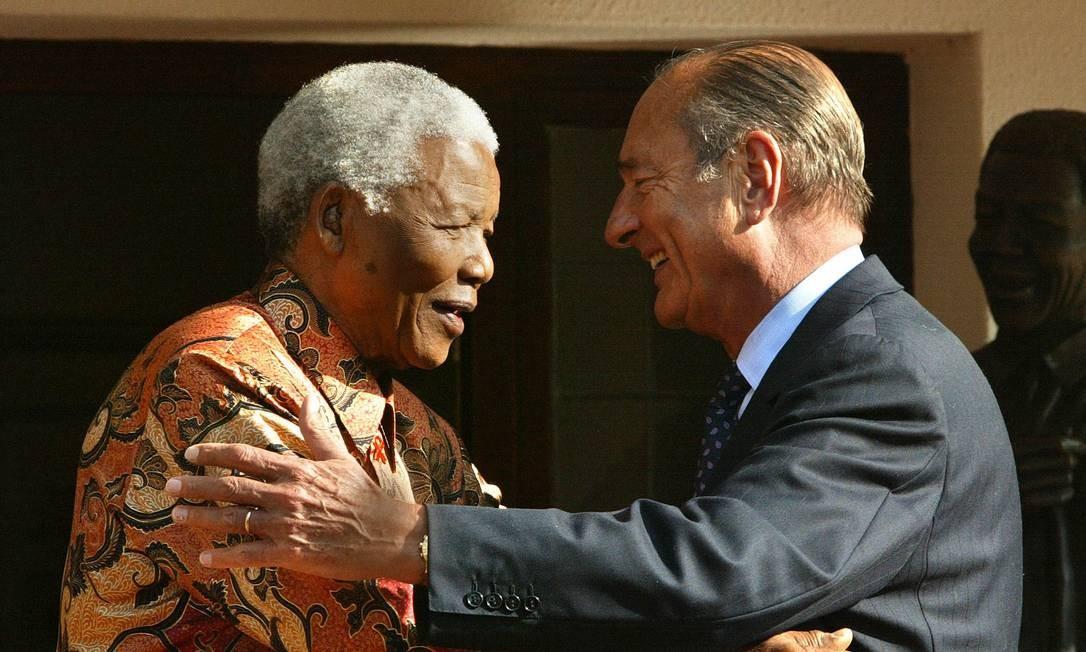 Jacques Chirac se encontra com o então presidente da África do Sul, Nelson Mandela Foto: PATRICK KOVARIK / AFP - 02/09/2002