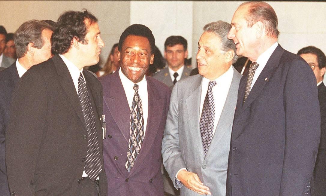 O ex-jogador francês Michel Platini (a partir da esquerda), Pelé, Fernando Henrique Cardoso e Jacques Chirac, em cerimônia no Itamaraty, em março de 2003 Foto: Gustavo Miranda / 12,03,1997