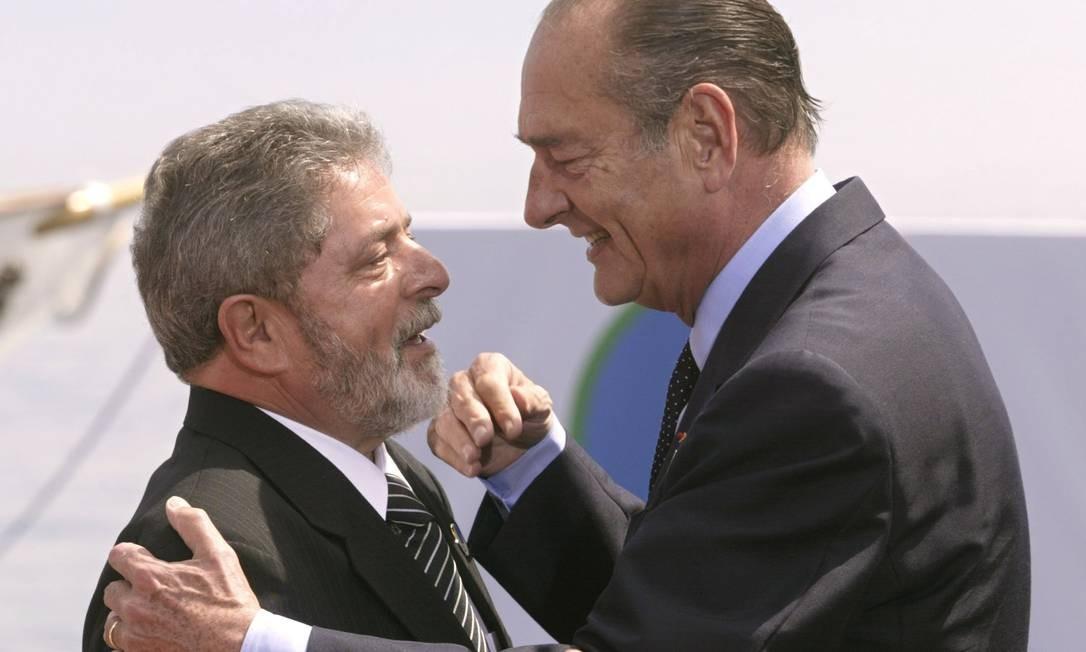 O ex-presidente Lula com Chirac em 2003. O ex-presidente francês estava há anos afastado da vida pública por problemas de saúde Foto: Gabriel Bouys / AFP - 01/06/2003