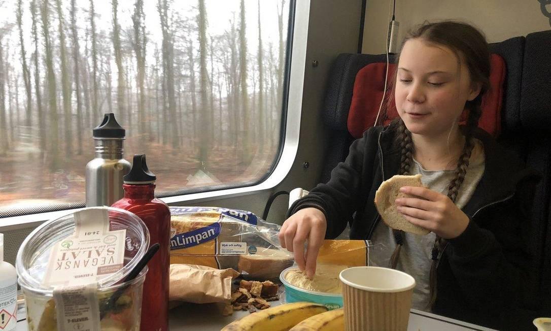 A verdadeira imagem de Greta Thunberg tomando café Foto: Reprodução