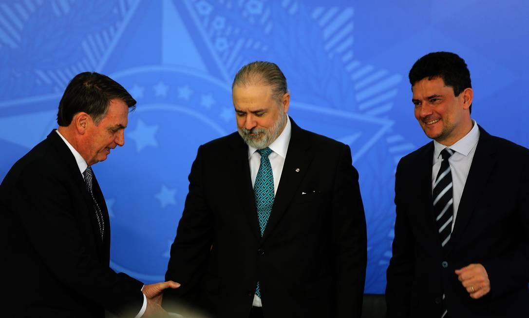 O procurador-geral (centro) com o presidente Bolsonaro e o ministro Sergio Moro Foto: Jorge William / Agência O Globo