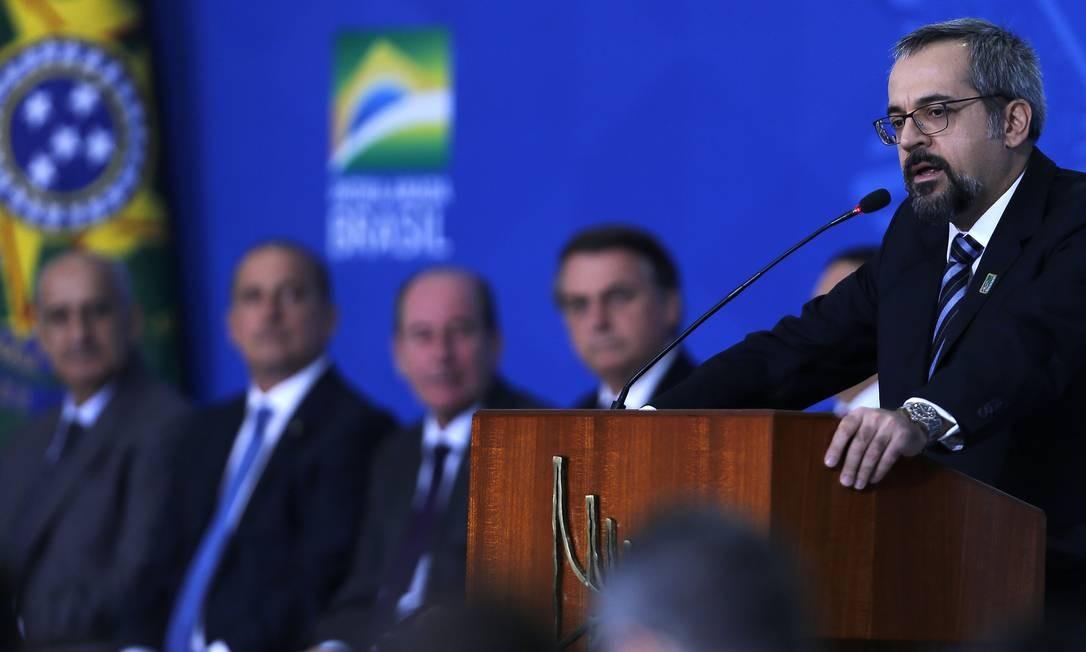 Weintraub durante a cerimônia de lançamento do Programa Nacional das Escolas Cívico-Militares (PECIM) Foto: Jorge William / Agência O Globo
