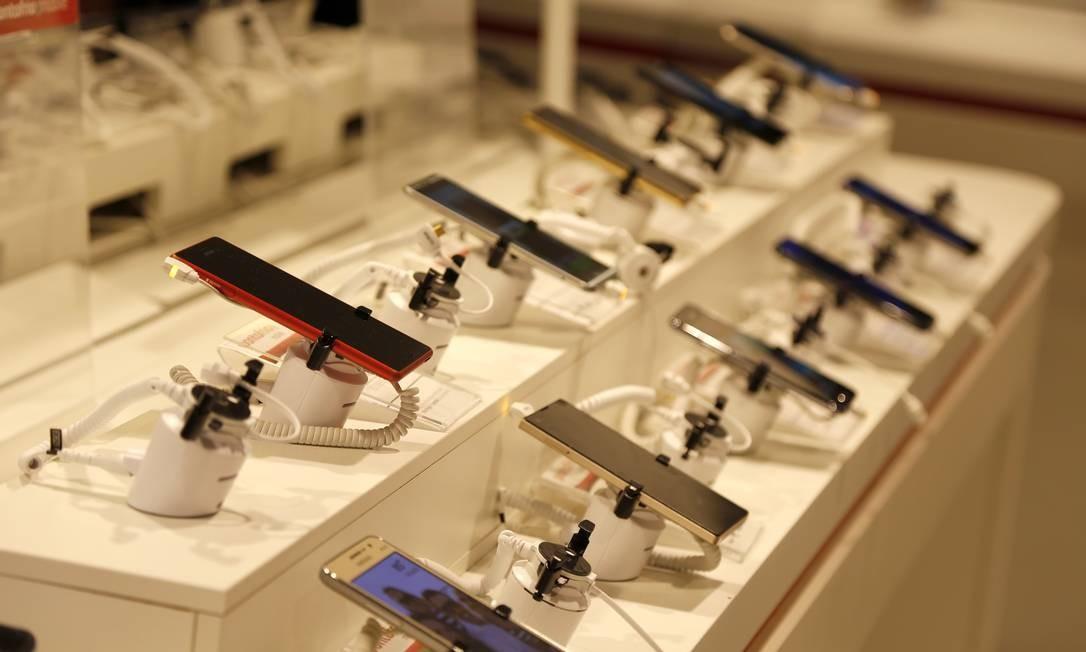 Aplicativo frudulento está disponível na loja de aplicativos do Google e vem pré-instalado em aparelhos da marca Alcatel Foto: Fábio Rossi / Agência O Globo