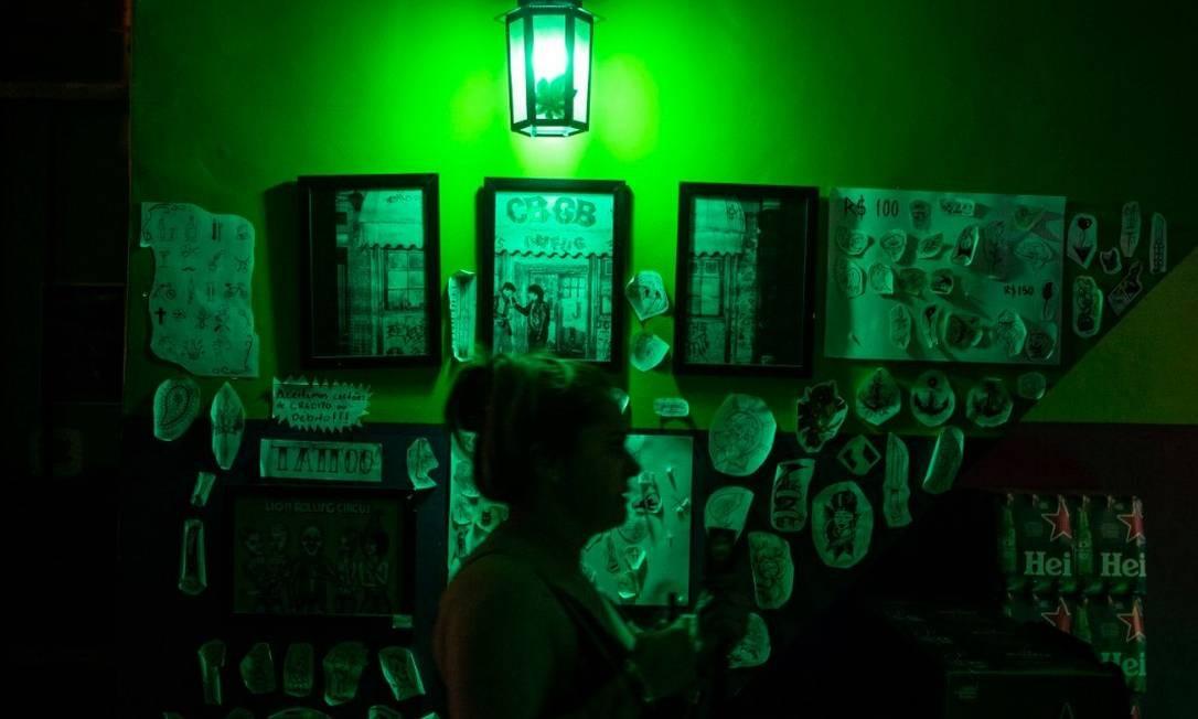 Smoke Lounge, na Tijuca, também é tabacaria e estúdio de tatuagem Foto: Alexandre Cassiano / Agência O Globo