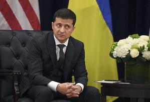 Ao lado do presidente americano Donald Trump, o líder ucraniano Volodymyr Zelensky disse não ter sido pressionado para abrir uma investigação contra o ex-vice-presidente Joe Biden Foto: SAUL LOEB / AFP