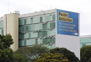 Governo instala placas de propaganda do Pacote Anticrime, nos ministérios, na Esplanada Foto: Jorge William / Agência O Globo