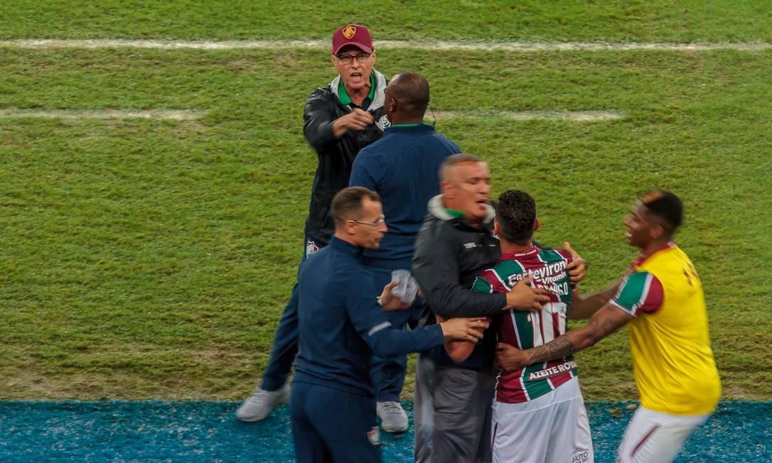 Ganso e Oswaldo de Oliveira discutem durante o jogo contra o Santos Foto: FramePhoto / IDE GOMES / FramePhoto / AGÊNCI