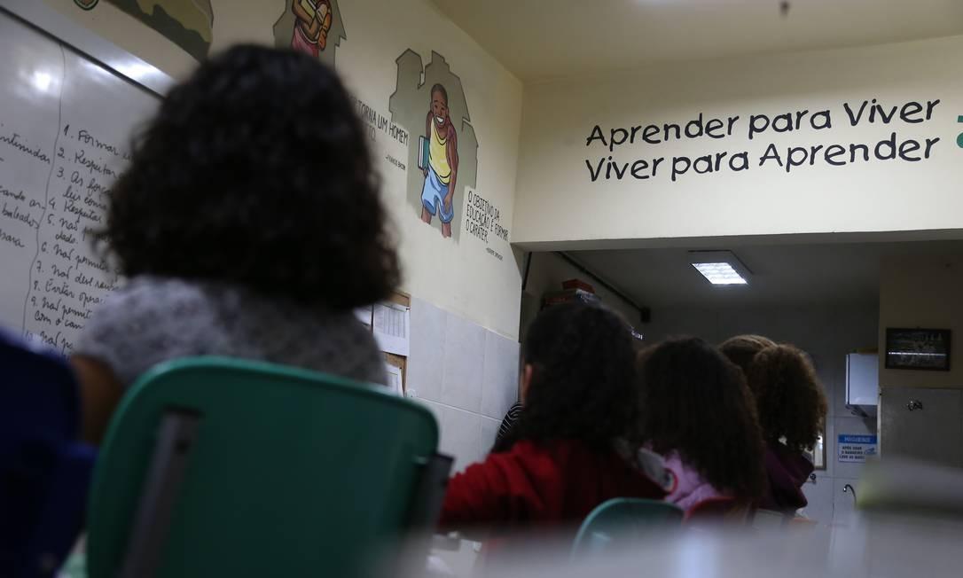 Crianças do Projeto Urerê do Complexo da Maré escrevem cartilhas para o Governador Wilson Witzel Foto: Pedro Teixeira / Agência O Globo