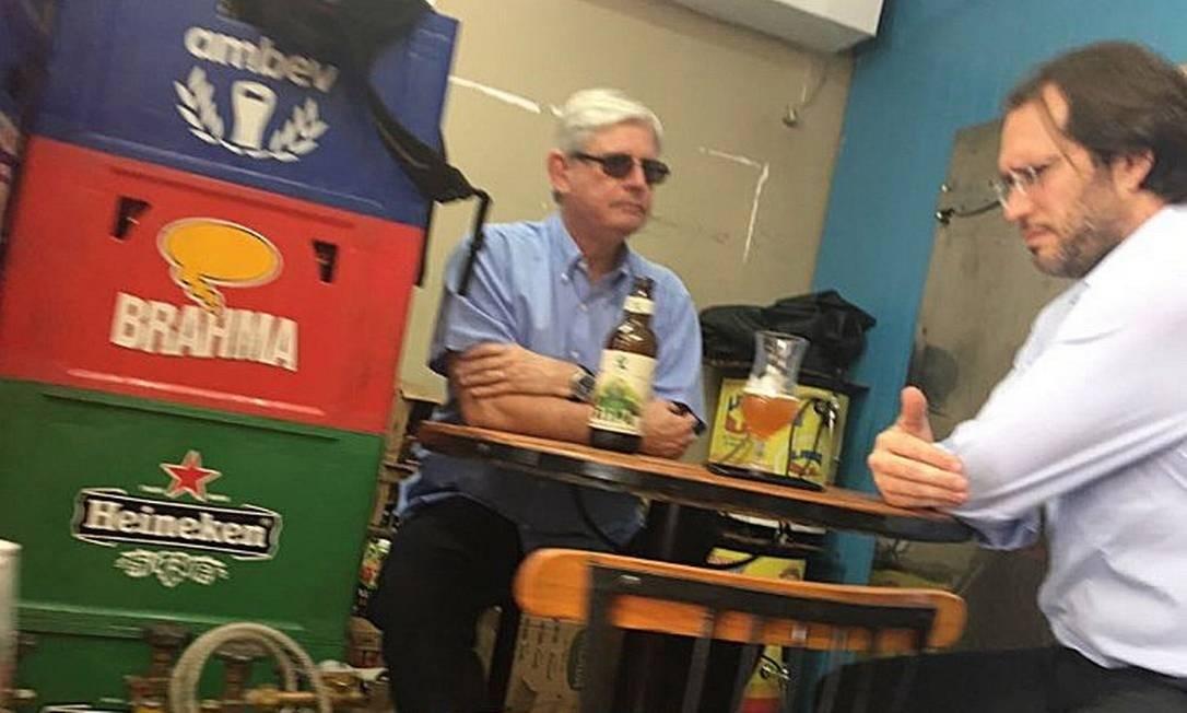 O ex-procurador-geral da República Rodrigo Janot em um bar de Brasília com o advogado Pier Paolo Bottini, que atuou na defesa do empresário Joesley Batista. Na ocasião os dois disseram se tratar de um encontro causal Foto: 10/09/2017 / O Antagonista