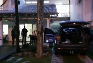 Os policiais na casa de luxo onde Panelada foi preso Foto: Reprodução