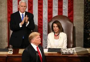Donald Trump, após fazer seu discurso do Estado da União, em fevereiro, sob os olhares de Nancy Pelosi. Presidente é acusado de pedir a interferência de um governo estrangeiro nas eleições de 2020 Foto: LEAH MILLIS / REUTERS