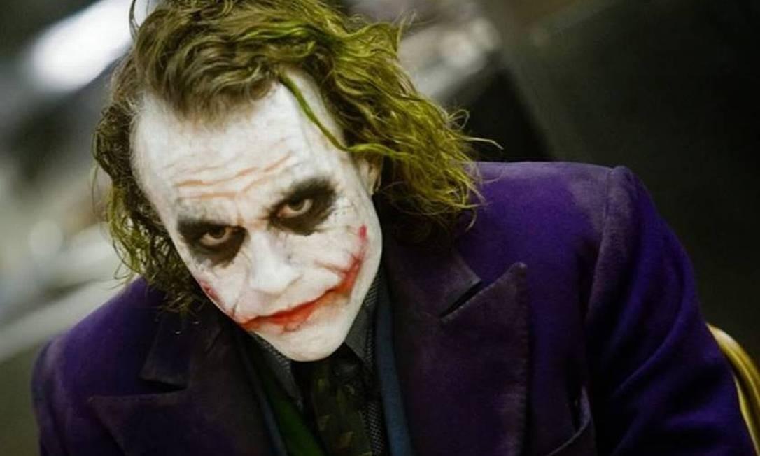 """Um Coringa psicótico, dramático e agressivo foi apresentado por Heath Ledger em """"The Dark Knight"""", de 2008. O ator faleceu antes da estreia do filme, após uma overdose de tranquilizantes, e não chegou a receber em vida o Globo de Ouro e o Oscar por ele conquistados pelo papel Foto: Reprodução"""