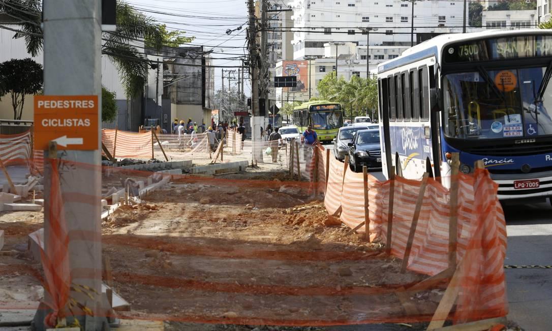 No canteiro de obras, placa orienta pedestres e ciclistas na Marquês do Paraná Foto: Fábio Guimarães / Agência O Globo