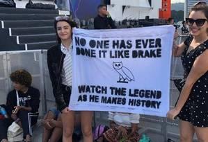 Fã de Drake usa fralda para ficar na grade do Rock in Rio, perto do ídolo Foto: Lucas Altino